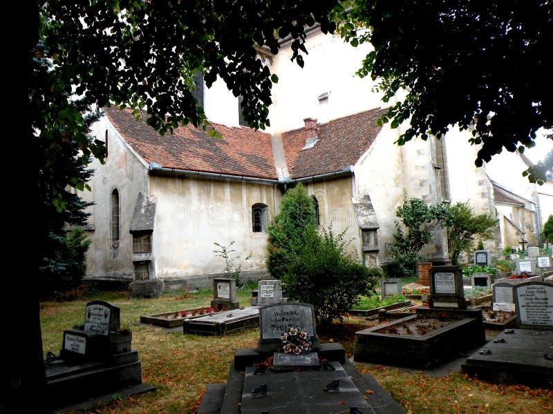 Het graf in werf van Bartolomeu (Bartholomä, Bartholomew) versterkte kerk, Sakser, Roemenië stock foto's