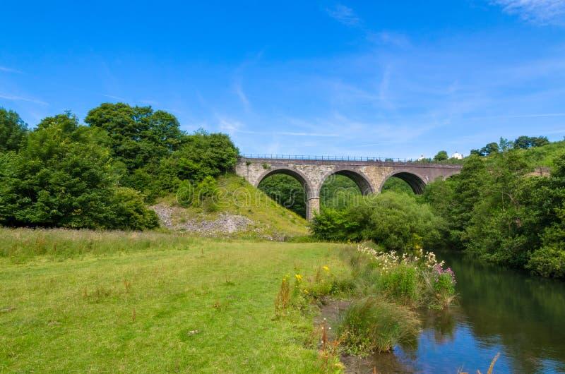 Het Grafsteenviaduct in het Piekdistrict in de zomer stock fotografie