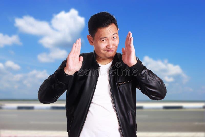 Het grappige Aziatische het Leerjasje van de Mensenslijtage Glimlachen royalty-vrije stock afbeelding