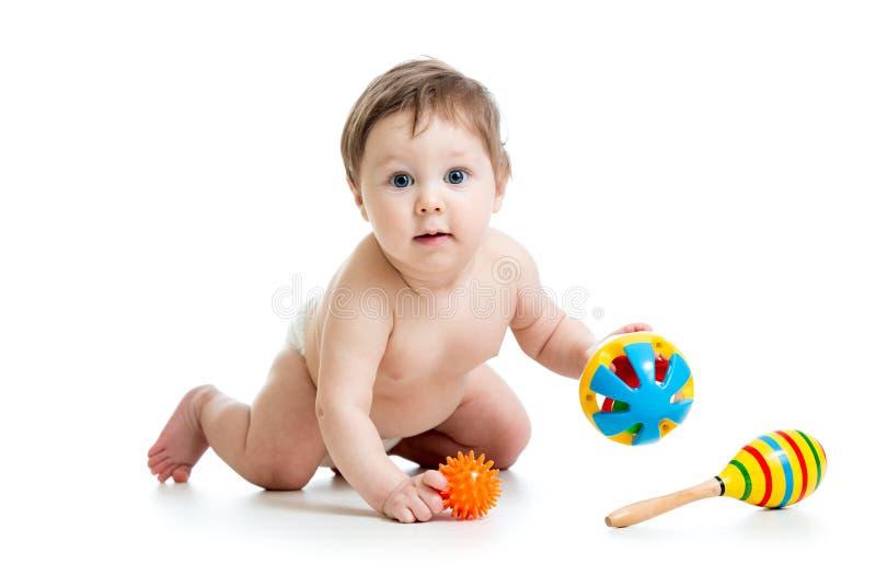 Het grappige baby spelen met muzikaal speelgoed royalty-vrije stock foto