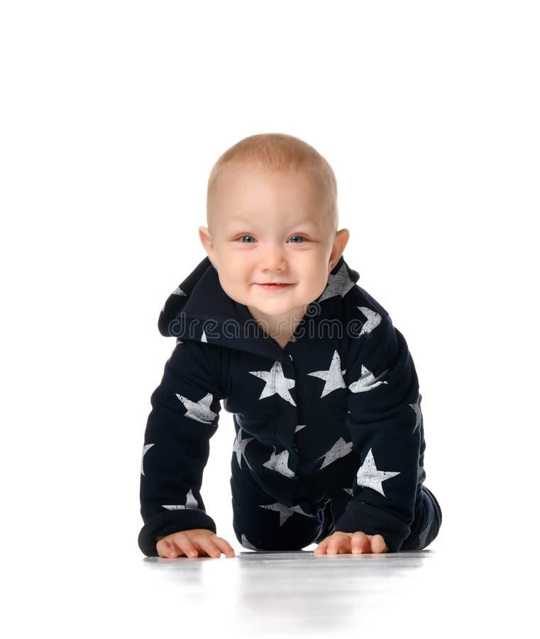 Het grappige het glimlachen babyjongen kruipen geïsoleerd op wit royalty-vrije stock afbeeldingen