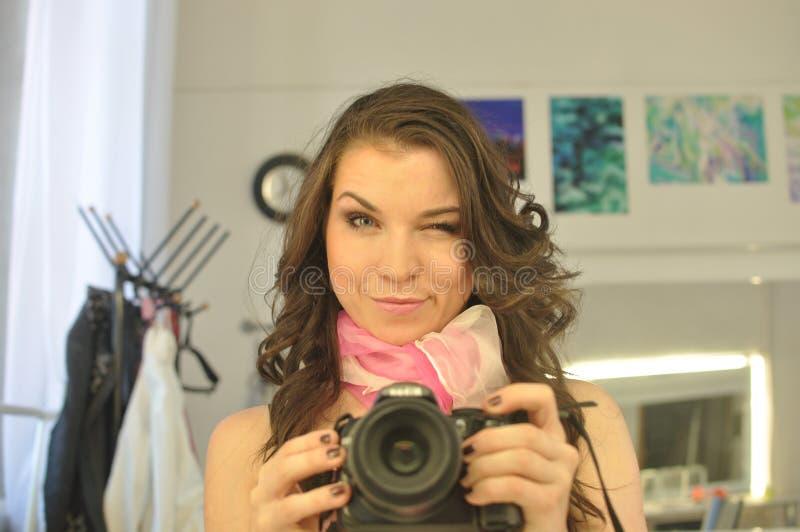 Het grappige jonge meisje knipoogt royalty-vrije stock foto's