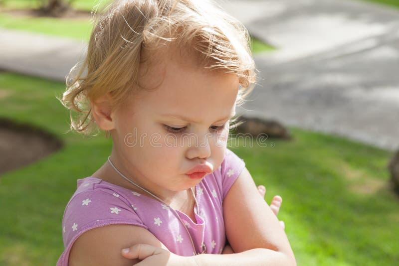 Het grappige Kaukasische blonde babymeisje pruilt resentfully royalty-vrije stock foto's