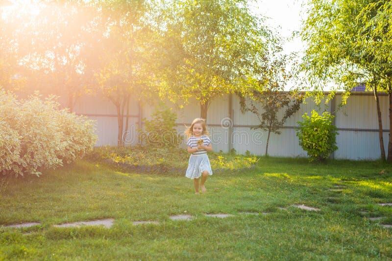 Het grappige kind met suikergoedlolly, gelukkig meisje die grote suikerlolly, jong geitje eten eet snoepjes stock foto