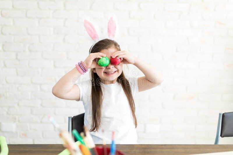 Het grappige Kind Spelen met Eieren tijdens Pasen stock fotografie