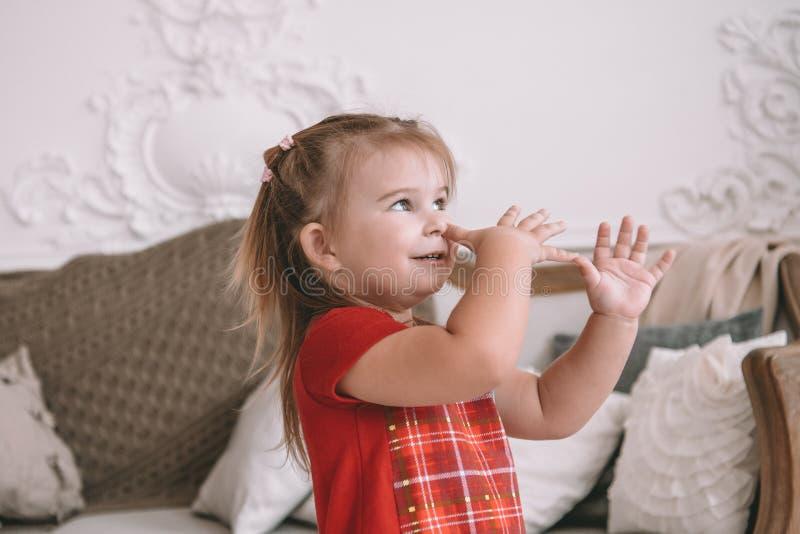 Het grappige kindmeisje speelt thuis meisje die pret en het dansen hebben recreatie en vermaak thuis royalty-vrije stock fotografie