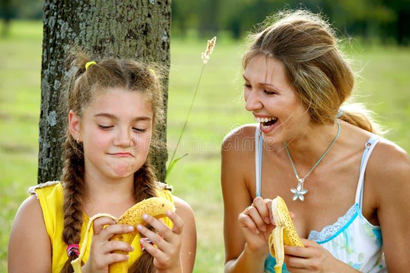 Het grappige mamma en dochter glimlachen royalty-vrije stock foto