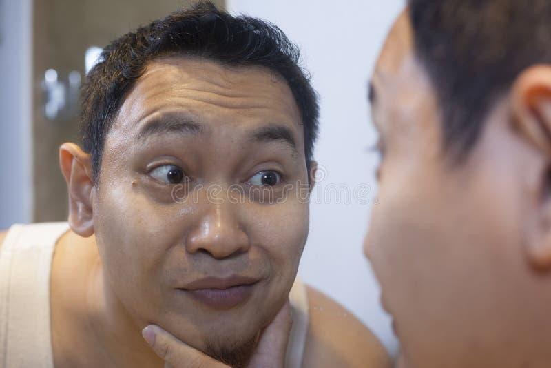 Het grappige Mannelijke Glimlachen die van Narcissist zich in Spiegel bekijken stock afbeelding