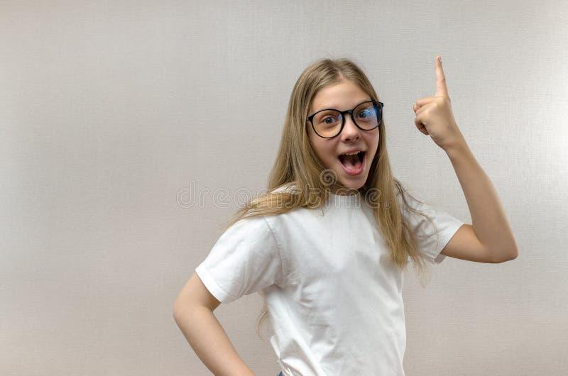 Het grappige meisje roept met vreugde uit Loste het probleem op Zoek naar idee?n inzicht stock foto