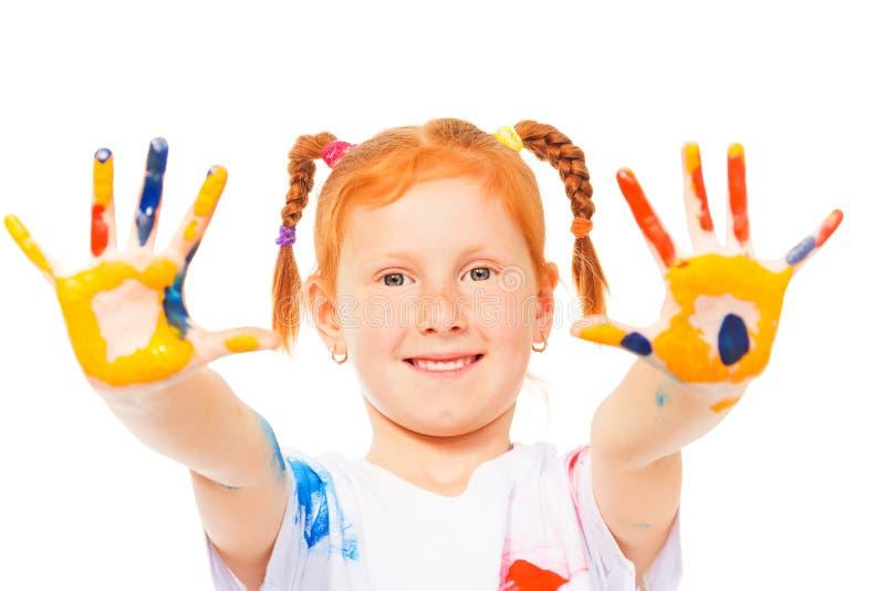 Het grappige meisje toont haar geschilderde palmen royalty-vrije stock foto