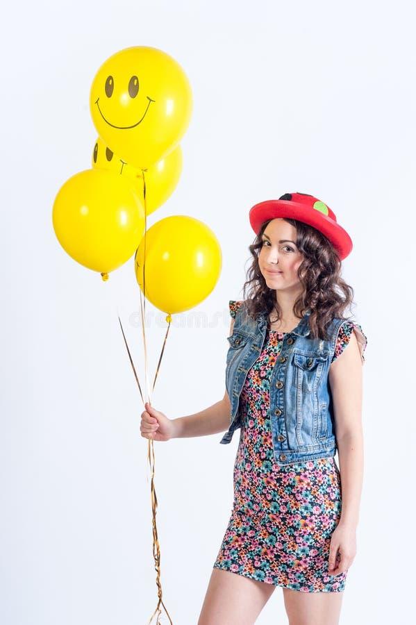 Het grappige meisje van Nice met tellowballons stock afbeeldingen