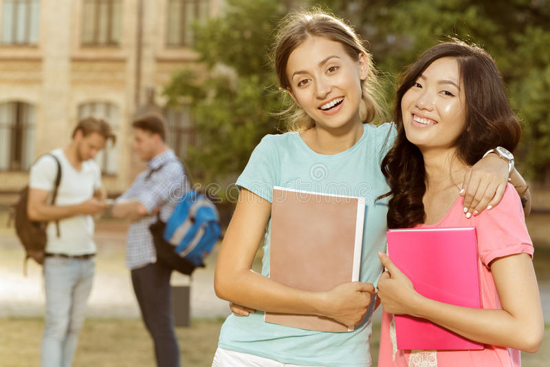 Het grappige onbezorgde studenten lopen stock foto
