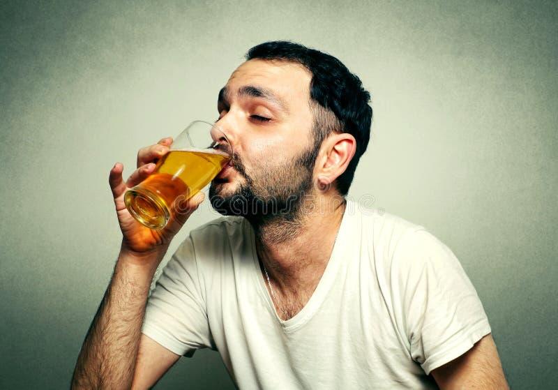 Het grappige sportventilator drinken stock afbeeldingen