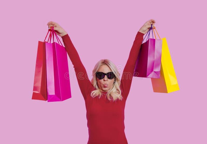 Het grappige vrouw genieten die teveel winkelen royalty-vrije stock foto's