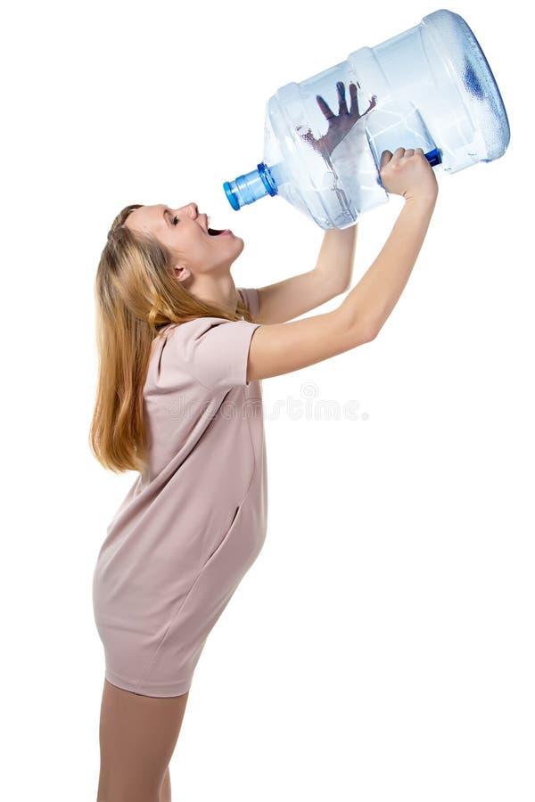 Het grappige zwangere vrouw drinken van fles stock foto