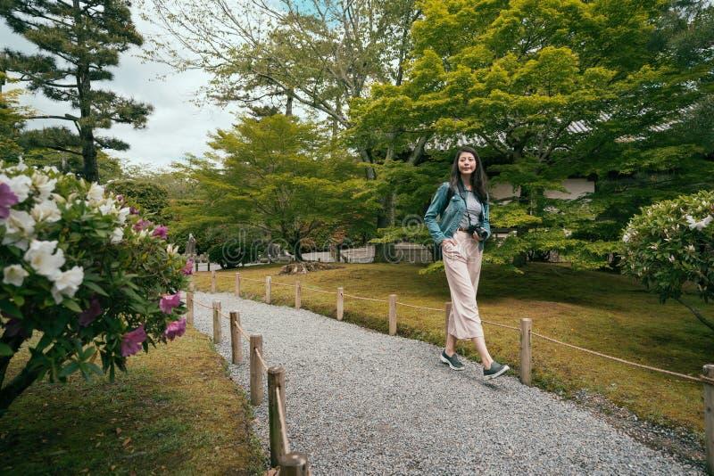 Het gras van bloemen het groene bomen passway omringen royalty-vrije stock foto's