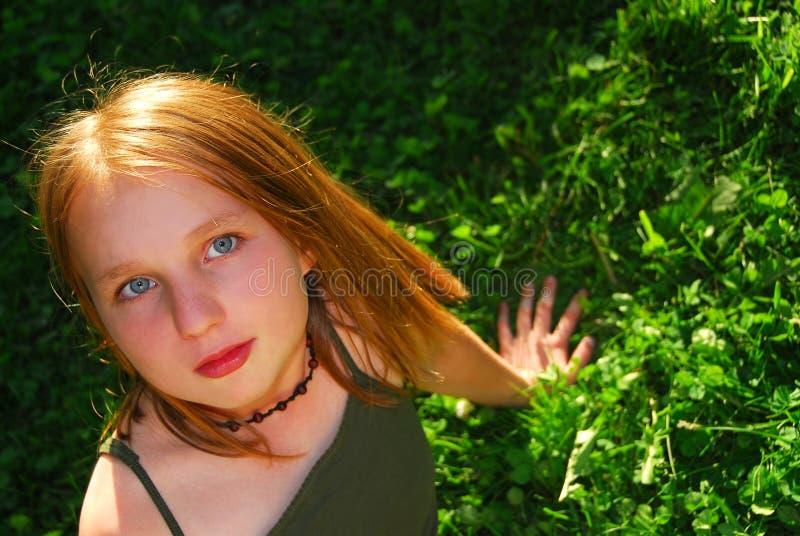 Het gras van het meisje stock afbeeldingen