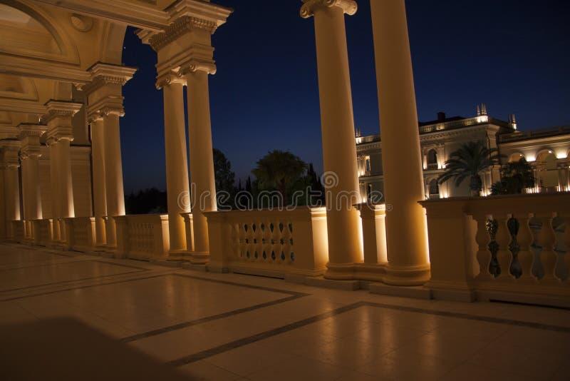 Het Grieks die nightscene bouwen stock fotografie