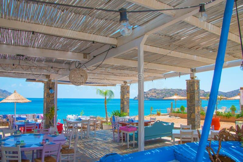 Het Griekse Dineren met een mening over het Middellandse-Zeegebied stock foto's