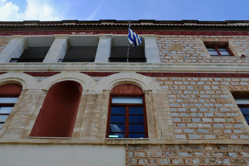 Het Griekse Vlag Hangen van de Oude Burgerbouw stock foto's