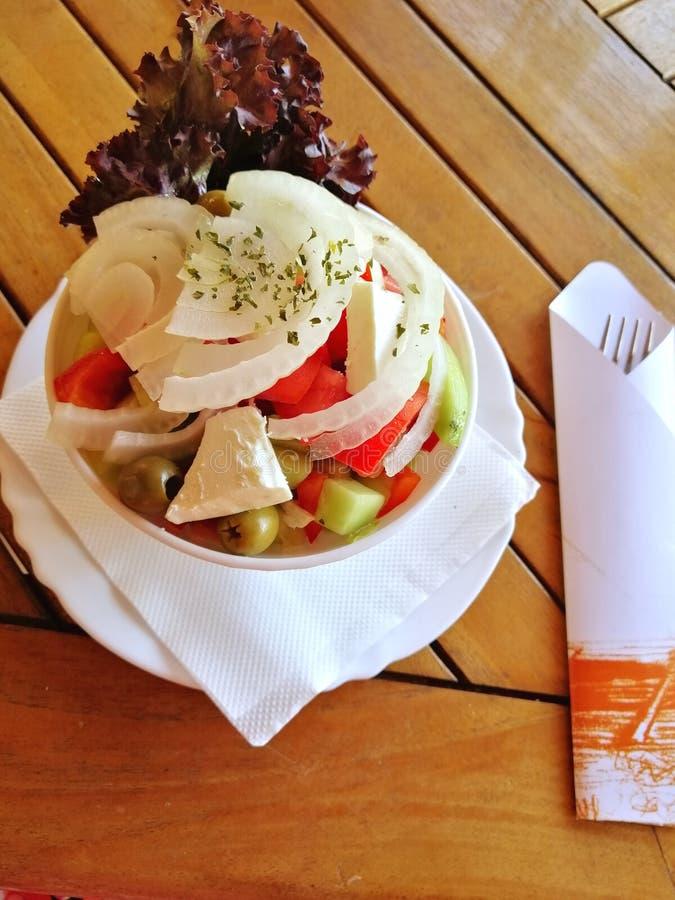 Het Griekse voedsel van de saladeschotel royalty-vrije stock foto's