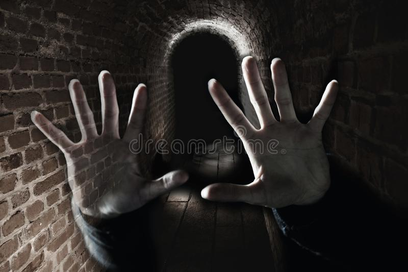 Het griezelige spook dient donkere enge ondergronds in stock fotografie