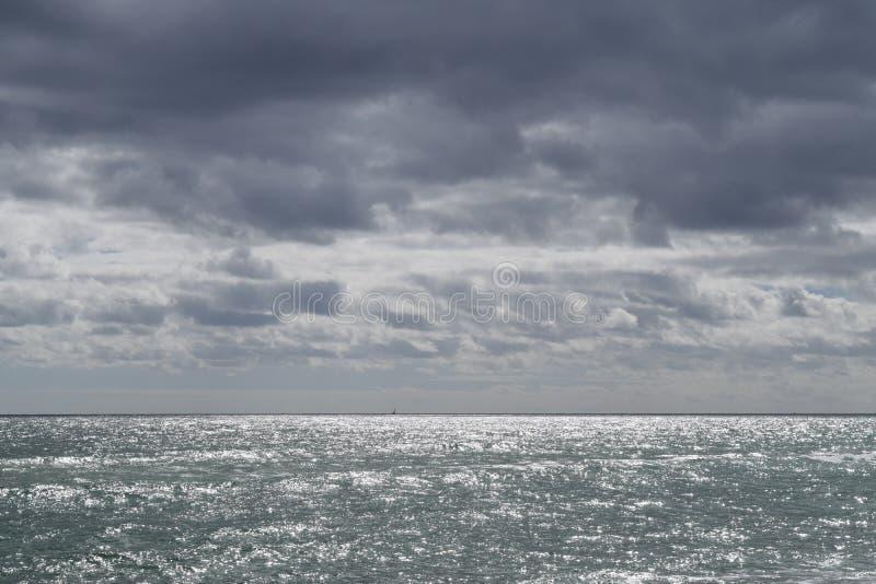 Het grijze strand stock fotografie