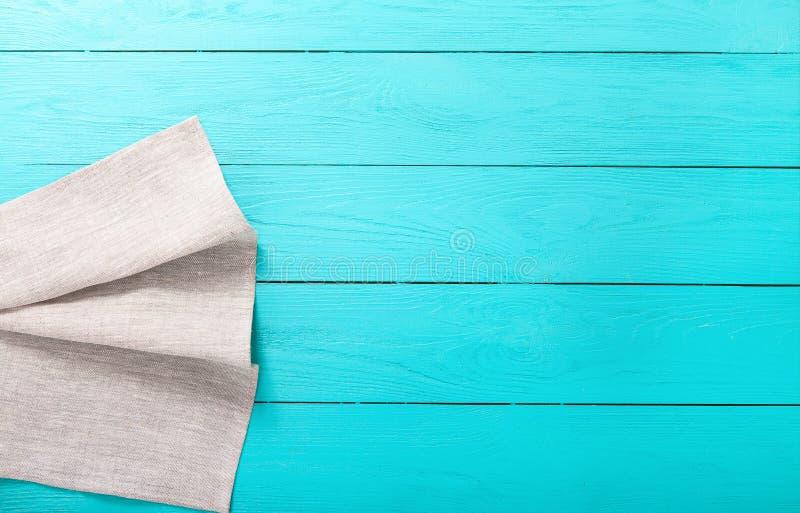 Het grijze tafelkleed van de linnentextuur op blauwe houten achtergrond Hoogste mening en exemplaarruimte Spot omhoog royalty-vrije stock foto's