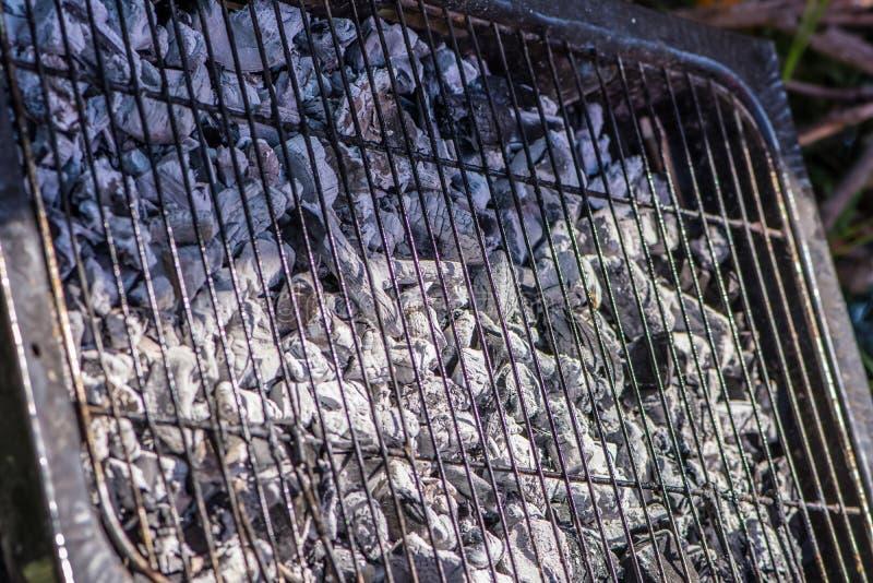 Het grillhoogtepunt van steenkool maar zonder voedsel stock foto's