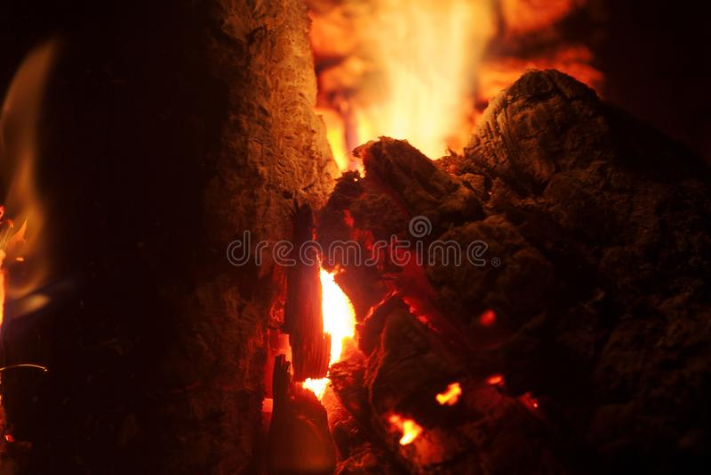 Het grillhout op brand macroachtergrond zuivert kunst in hoogte - de producten van kwaliteitsdrukken royalty-vrije stock afbeeldingen