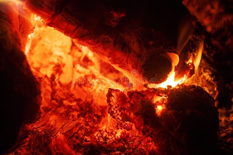 Het grillhout op brand macroachtergrond zuivert kunst in hoogte - de producten van kwaliteitsdrukken stock foto