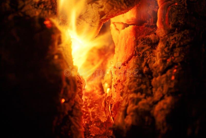 Het grillhout op brand macroachtergrond zuivert kunst in hoogte - de producten van kwaliteitsdrukken stock afbeelding