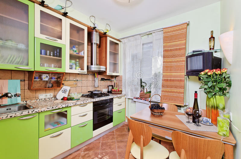 Het groene binnenland van de Keuken met vele werktuigen royalty-vrije stock foto's