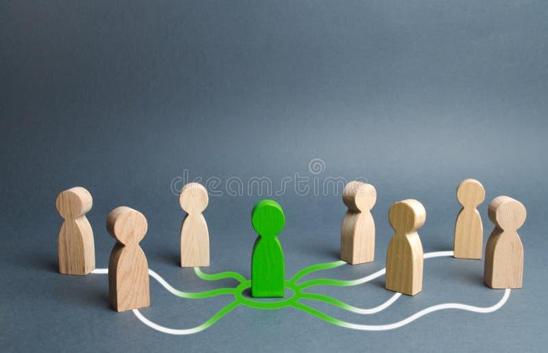 Het groene cijfer van een persoon verenigt andere mensen rond hem Vraag naar samenwerking, die tot een nieuw team leiden Leider e stock foto