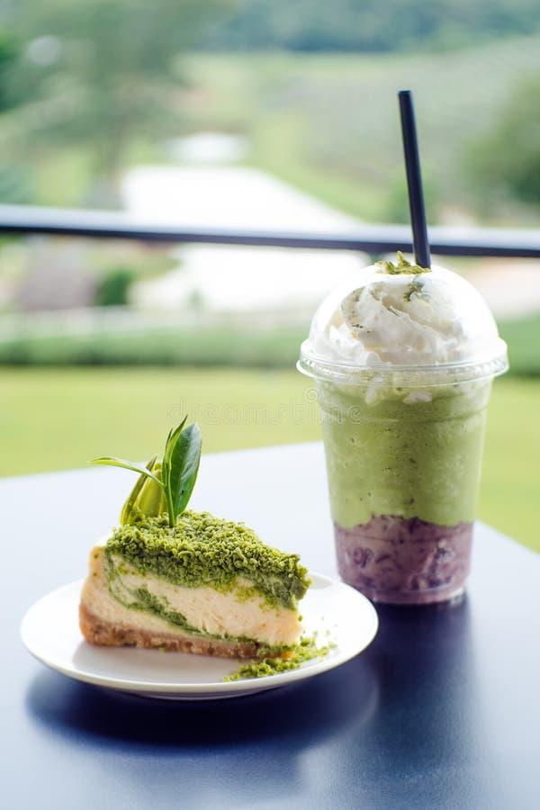 Het groene dessert van de theekaastaart op witte schotel royalty-vrije stock foto