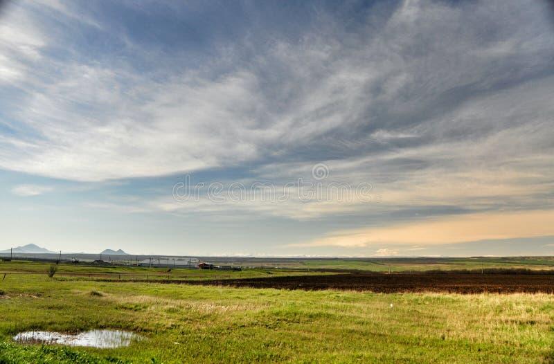Het groene gebied van de landschapsaard en blauwe hemel royalty-vrije stock afbeelding