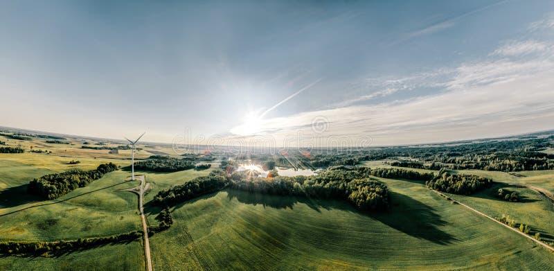 Het Groene gebied van de windpost en bosaard in Litouwen royalty-vrije stock afbeeldingen