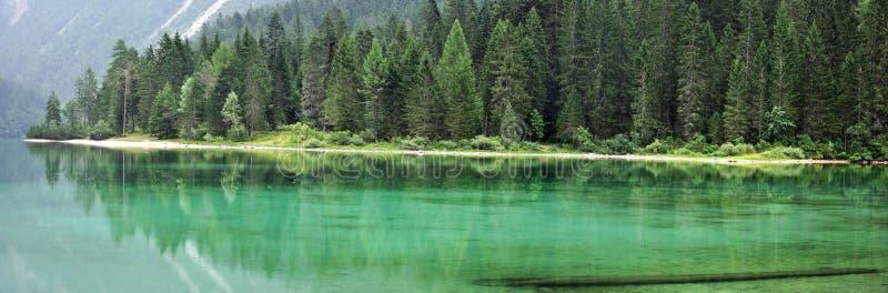 Het groene meer panorama1 van de Dolomitiberg stock afbeeldingen