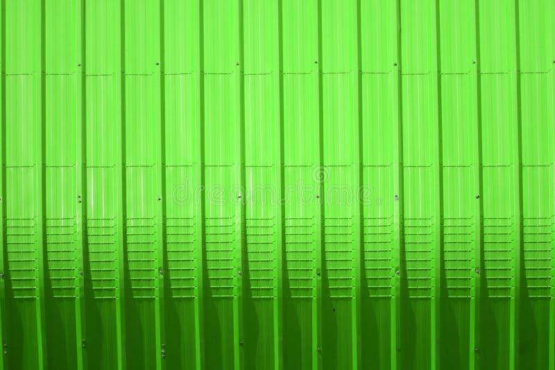 het groene patroon van het metaalblad en verticaal lijnontwerp royalty-vrije stock foto's