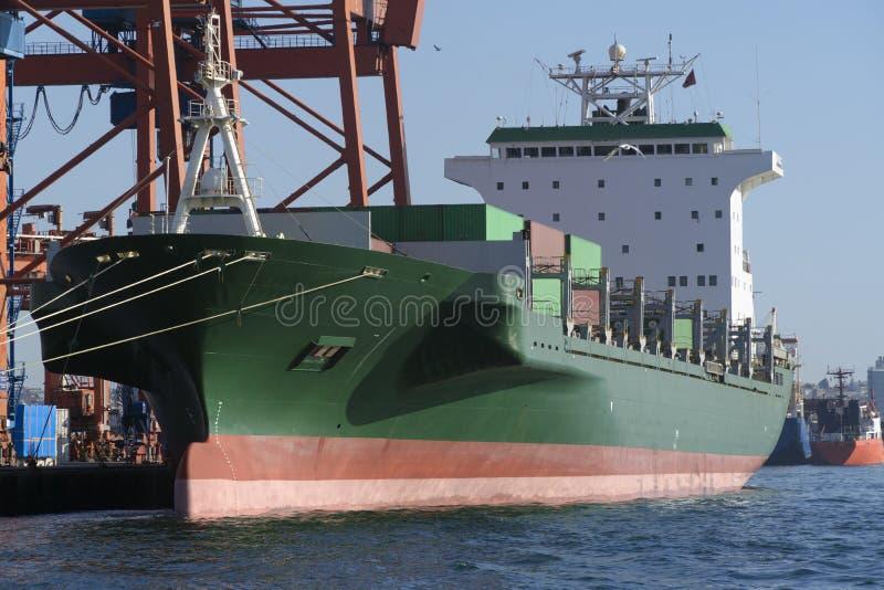 Het groene Schip van de Ladingscontainer bij Dok stock fotografie