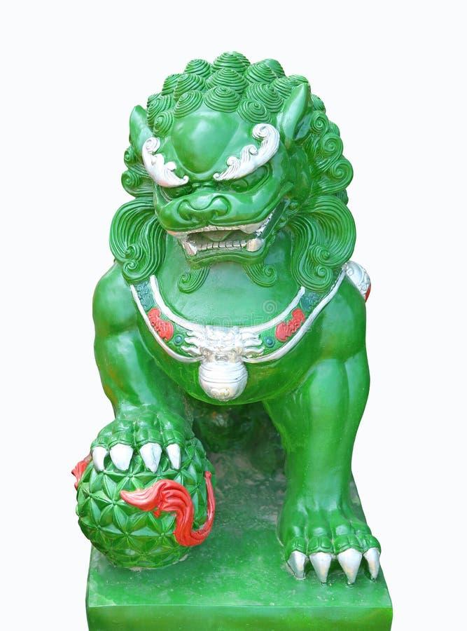 Het groene standbeeld van de jade Oosterse Chinese die Leeuw op witte achtergrond wordt geïsoleerd stock afbeelding