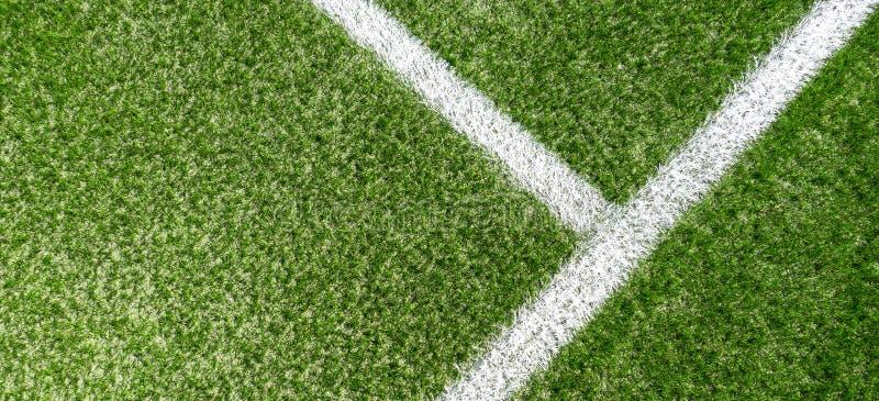 Het groene synthetische sportterrein van het grasvoetbal met witte streeplijn royalty-vrije stock foto