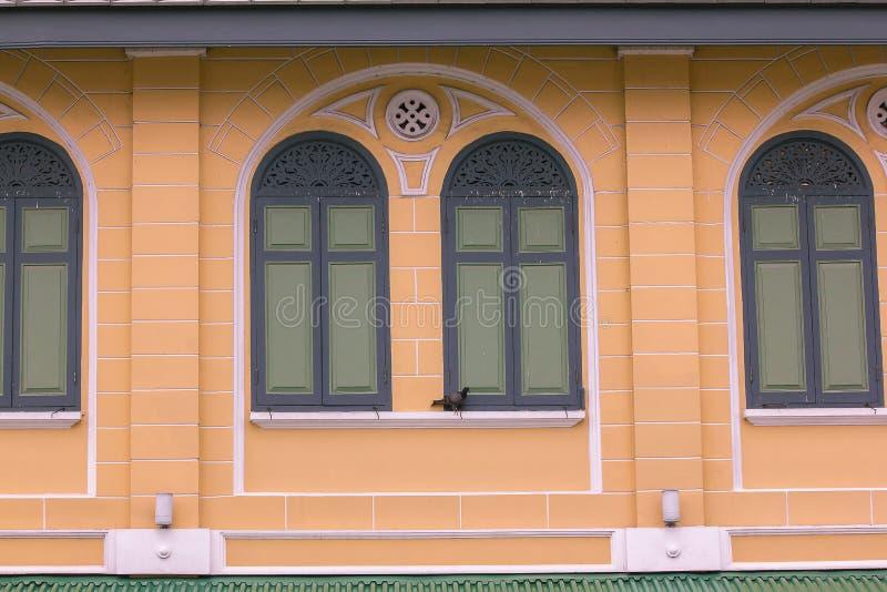 Het groene venster is op de oranje muur royalty-vrije stock fotografie