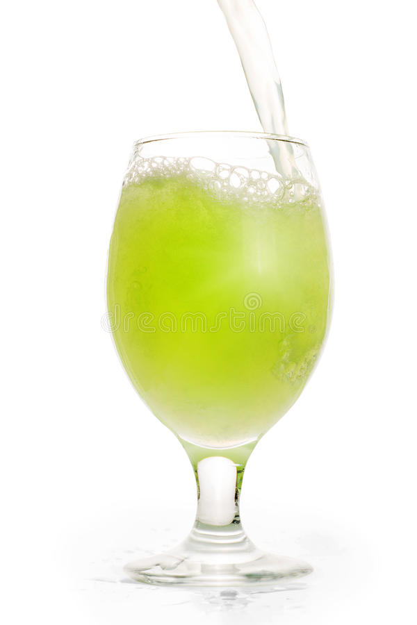 Het groene verfrissende drank gieten in volledig glas stock fotografie