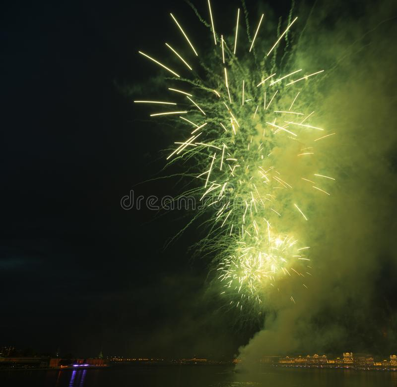 Het groene vuurwerk van de nachtstad boven rivier nieuw jaar royalty-vrije stock foto's