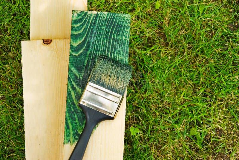 Het groene werk, het schilderen hout in aard. royalty-vrije stock fotografie