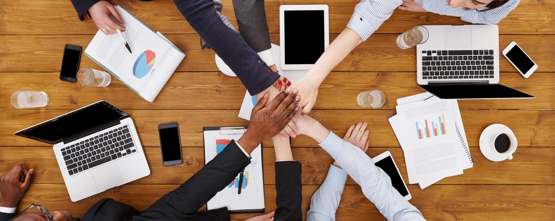 Het groepswerk en het teambuilding concept in bureau, mensen verbinden hand stock foto