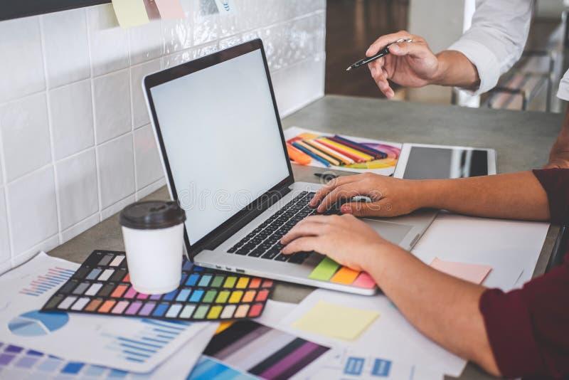 Het groepswerk van creatieve ontwerpers die aan nieuw project werken en kiest de steekproeven van het kleurenmonster voor selecti stock fotografie