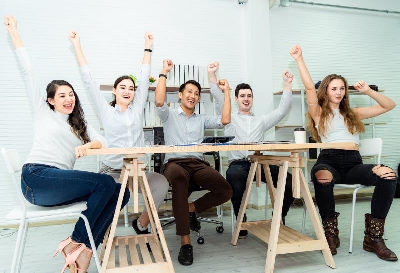 Het groepswerk van jonge Aziatische bedrijfsmensen die succes slimme overeenkomst werken en viert in modern bureau Samenhorigheid stock foto