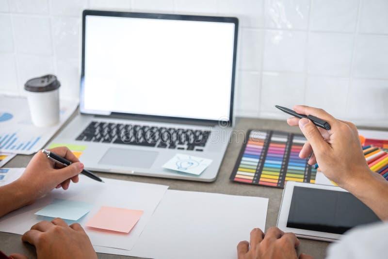 Het groepswerk van jonge creatieve ontwerpers die aan project samenwerken en kiest de steekproeven van het kleurenmonster voor se royalty-vrije stock foto's
